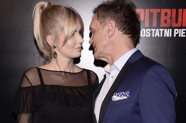 """Cezary Pazura na premierze filmu """"Pitbull. Ostatni pies"""" pojawił się u boku swojej ciężarnej żony, Edyty. Wszyscy patrzyli tylko na nią. Nic dziwnego, jej brzuch jest już naprawdę spory."""