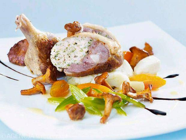 Faszerowane udka kacze z pur�e ziemniaczanym, karmelizowanymi warzywami i sma�onymi kurkami