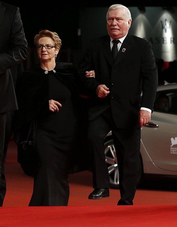 "Former Polish President Lech Walesa (R) and his wife Danuta (2nd R) arrives as director Andrzej Wajda (2nd L) and actors Robert Wieckiewicz (3rd R), Agnieszka Grochowska (3rd L) and Maria Rosaria Omaggio (L) pose during a red carpet event for the movie ""Walesa. Man of Hope"" during the 70th Venice Film Festival in Venice September 5, 2013. The movie debuts at the festival.   REUTERS/Alessandro Bianchi (ITALY - Tags: ENTERTAINMENT)"