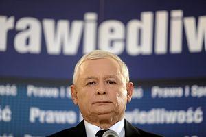 Kaczyński zasypia z obrazem Tuska w więzieniu. To jego marzenie