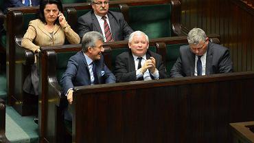 Posłowie PiS Stanisław Piotrowicz, Jarosław Kaczyński i Marek Suski podczas wczorajszej debaty w Sejmie o zmianie ustawy o Trybunale Konstytucyjnym. Piotrowicz stwierdził, że celem przeniesienia siedziby Trybunału poza Warszawę jest dowartościowanie Polski wschodniej