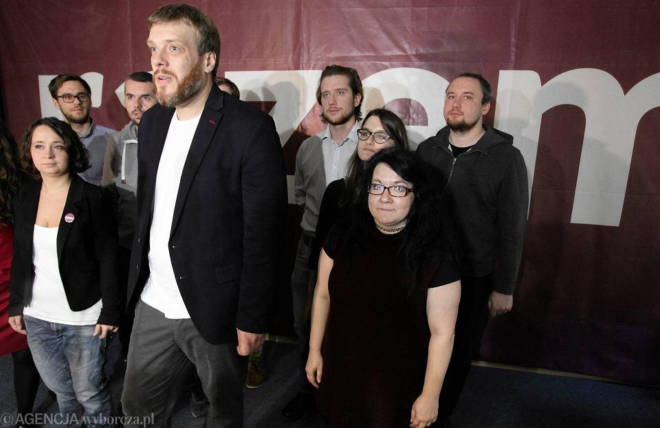Bubel - rola Partii Razem w samowyeliminowaniu się lewicy z Sejmu. Adrian Zandberg podczas konferencji w Warszawie 21 października