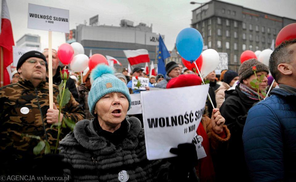 Zdjęcie numer 1 w galerii - Manifestacja KOD w Katowicach. Na rynku zrobiło się biało-czerwono [ZDJĘCIA]