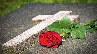 Jeśli zmarły złożył w banku na piśmie dyspozycję na wypadek śmierci, zgromadzone pieniądze mogą zostać wypłacone najbliższym przed zakończeniem postępowania spadkowego.