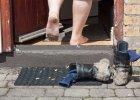 Zdejmowa� buty w go�ciach czy nie? Ekspert od savoir vivre...