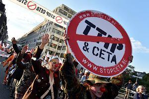 Unijny szczyt zamienia si� w aren� ostrej walki o CETA. Wygl�da na to, �e zwolennicy umowy zwyci꿱
