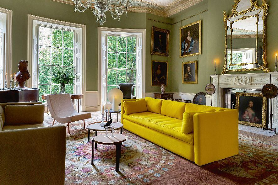 Sofa Hackney, bardzo duża i wygodna. Jest mocnym, nowoczesnym punktem w stylowym wnętrzu, Hay/Square Space