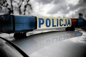Młody mężczyzna wskoczył na radiowóz przy policjantach