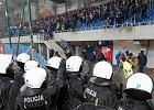 Bandyci przerwali śląskie derby. Chuligani z Gliwic wyłamali ogrodzenie