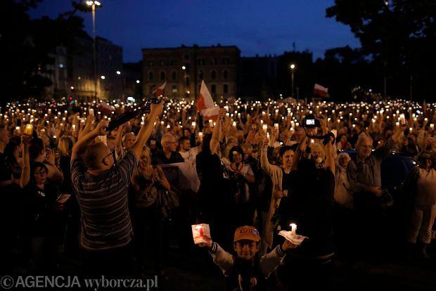 Zdjęcie numer 19 w galerii - Tłumy przed Sądem Okręgowym w Łodzi. Kolejny dzień protestów przeciwko zmianom PiS w sądownictwie [ZDJĘCIA]