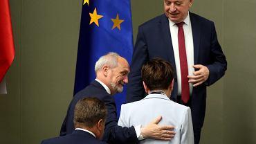 'Polityczne wróżbiarstwo' - dlaczego dziwny (według wszelkich standardów) Macierewicz ma tak niezachwianą pozycję? N/z. minister obrony w rządzie PiS i jego formalna zwierzchnik premier Beata Szydło