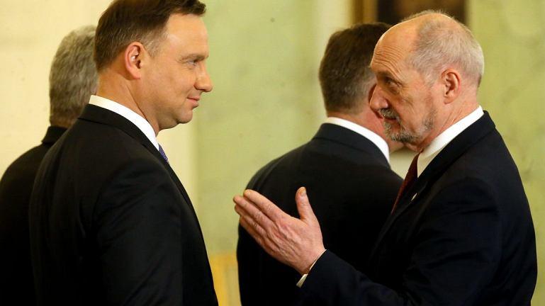Prezydent Andrzej Duda i minister obrony narodowej Antoni Macierewicz (fot. Kuba Atys/Agencja Gazeta)