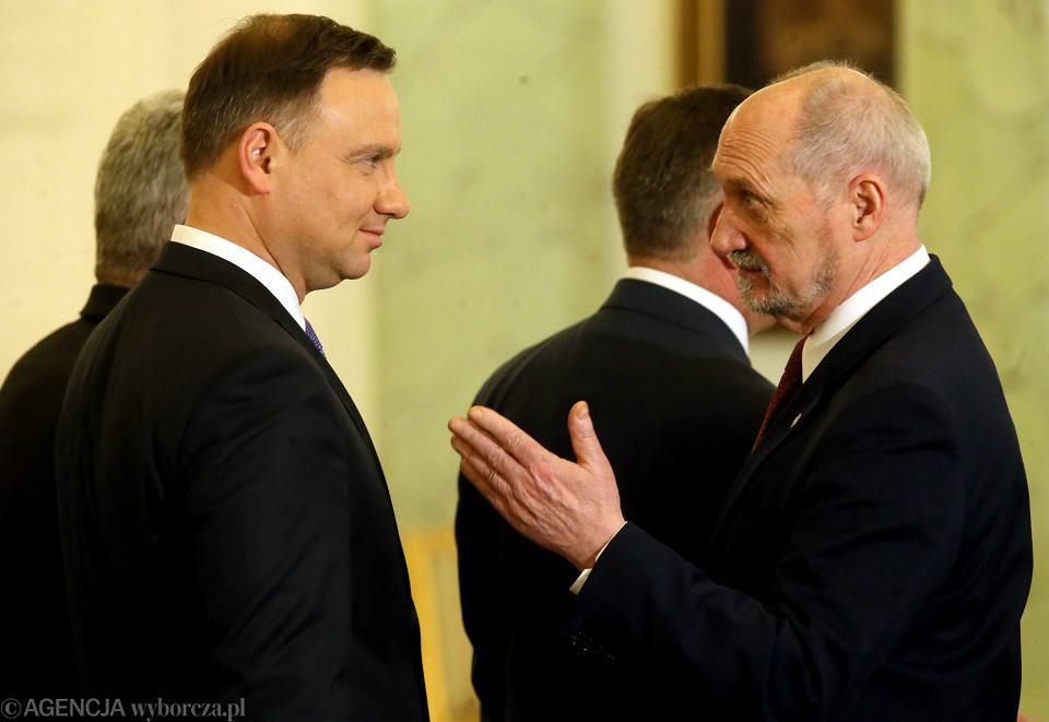Prezydent Andrzej Duda napisał do ministra obrony narodowej Antoniego Macierewicza dwa listy, w których domaga się 'podjęcia stosownych działań' m.in. ws. obsady stanowisk attaché obrony w USA i Wielkiej Brytanii.