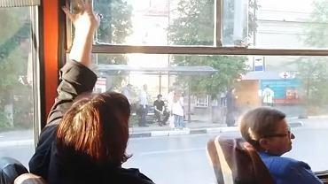 Pasażerowie autobusu walczą o okno