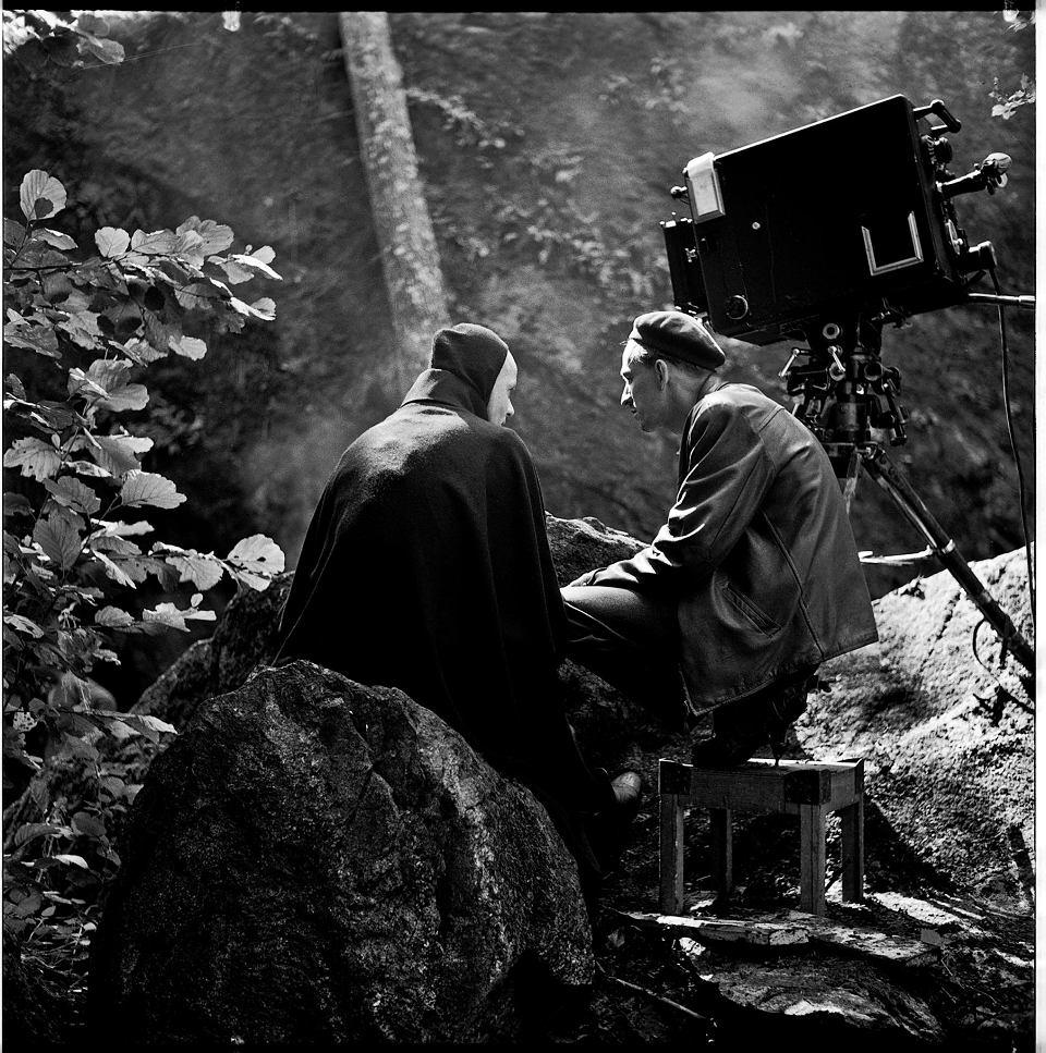 Kadr z filmu 'Bergman - Rok z życia'. Reżyser podczas zdjęć do filmu 'Siódma pieczęć'