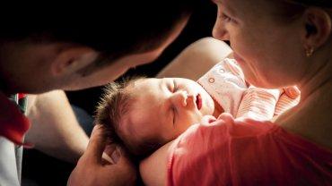 Rejestrować dziecko może jedno z rodziców - w urzędzie może pojawić się zarówno ojciec dziecka, jak i matka niemowlaka, jeśli stan zdrowia jej na to pozwala