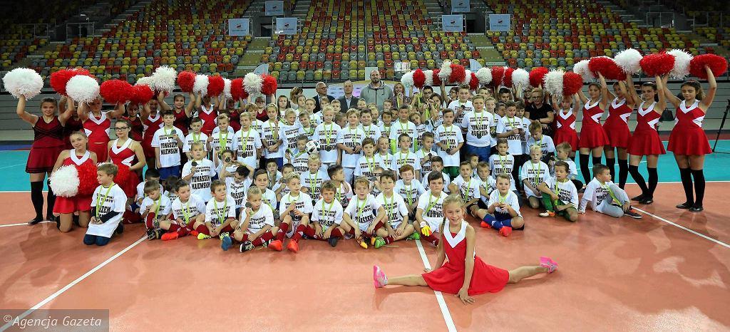Pamiątkowe zdjęcie uczestników i gości Częstochowskiego Dnia Sportu, 29 października 2016 r.
