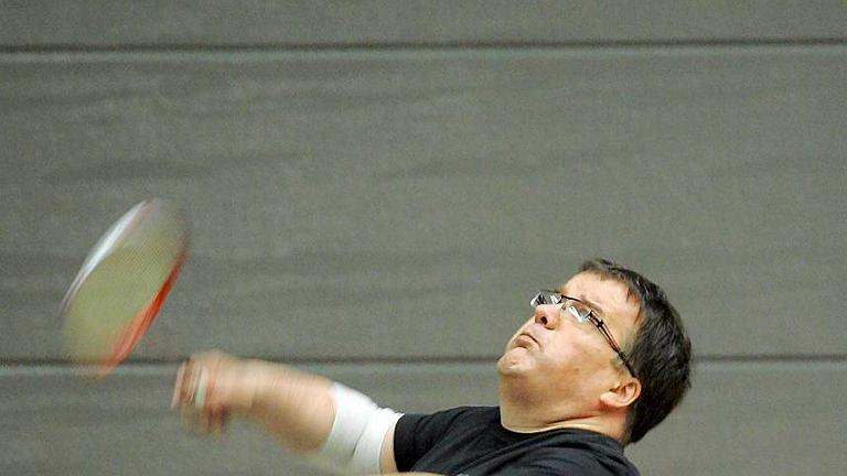 Poseł Andrzej Dera z sejmowego zespołu ds. promocji badmintona podczas treningu