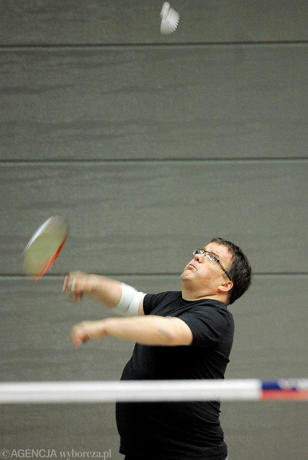 Pose� Andrzej Dera z sejmowego zespo�u ds. promocji badmintona podczas treningu