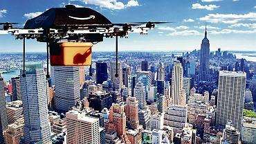 Amazon podniebny. Drony dostarczają już produkty na chińską wieś, w Islandii i odległych rejonach Afryki, jednak lądowanie z ładunkiem w gęsto zaludnionych miastach może stanowić zagrożenie. Dlatego w najbliższej przyszłości w USA bardziej prawdopodobne są dostawy kołowe. Ale później?