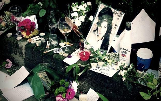 Po tym jak wiadomość o śmierci Amy Winehouse obiegła media pod jej domem na Camden Square w Londynie zaczęły zbierać się tłumy fanów i dziennikarzy. Był tam też nasz czytelnik Pav Jedrusiak, który przysłał nam swoje zdjęcia.