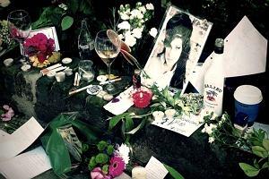 Po tym jak wiadomo�� o �mierci Amy Winehouse obieg�a media pod jej domem na Camden Square w Londynie zacz�y zbiera� si� t�umy fan�w i dziennikarzy. By� tam te� nasz czytelnik Pav Jedrusiak, kt�ry przys�a� nam swoje zdj�cia.
