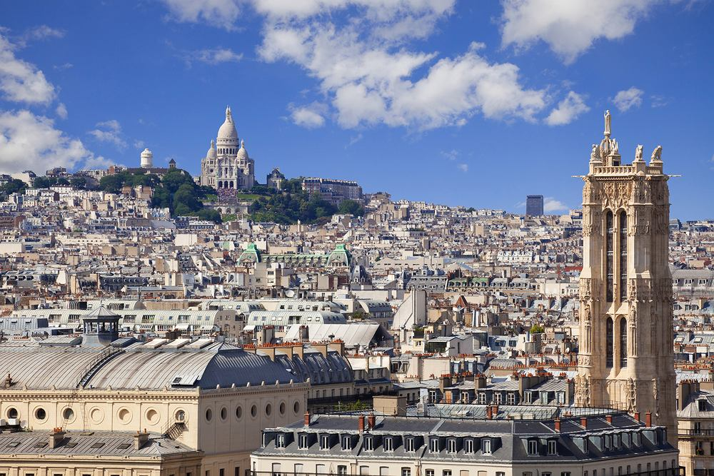 Paryż. Widok na Bazylikę Sacré-Cour na Montmartre
