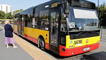 Autobus linii 742 czeka na pętli Metro Wilanowska