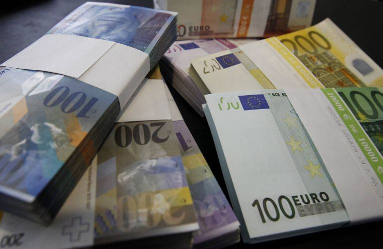 Banknoty euro i franka szwajcarskiego