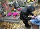 Na cmentarzu kradn� nagrobki. Wida� trumny w grobach