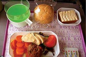 Jedzenie w samolocie. Podniebna uczta dla podniebienia czy piekło 10 tys. metrów nad poziomem morza?
