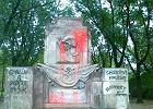 """Pomnik w parku zn�w pomazany: swastyka, """"mordercy"""""""