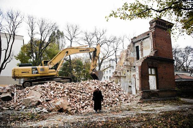 23.10.2011 WARSZAWA ,ZBURZONE ZABYTKOWE CARSKIE KOSZARY PRZY ULICY 29 LISTOPADA .  FOT. FILIP KLIMASZEWSKI  / AGENCJA GAZETA      SLOWA KLUCZOWE:  ZABYTEK