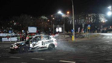Zwycięzca Kajetan Kajetanowicz fetuje wygraną na odcinku specjalnym Karowa podczas samochodowego Rajdu Barbórki