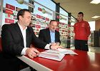 Janusz Matusiak, dyrektor SMS, i Marcin Animucki, prezes Widzewa, podpisują kontrakt z Mariuszem Rybickim