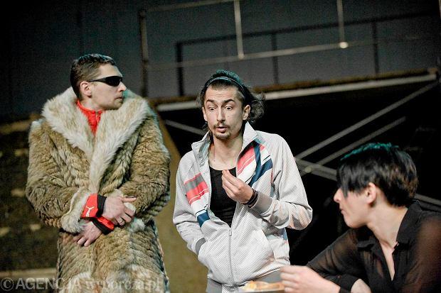Marcin Pempuś (w środku) podczas próby spektaklu 'Tęczowa trybuna 2012'