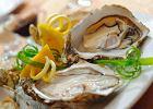Świeże ostrygi podaje sie z cząstkami cytryny lub limonki
