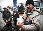Bezdomni psują wizerunek Świnoujścia, dlatego dostaną bilet w jedną stronę. Ekspert: inicjatywa cenna, ale wykonanie...