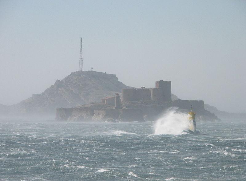 Zamek (więzienie) d'If w czasie mistralu, Marsylia, Francja / fot. Vincent/CC/Wikipedia