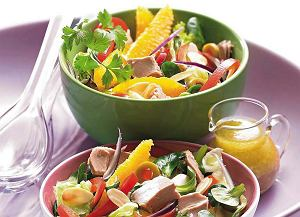 Sa�atka z tu�czykiem i pomara�czami