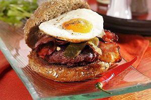 Hamburger z wędzonym boczkiem i jajkiem sadzonym
