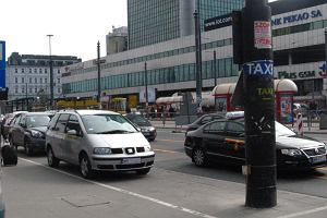 Dzikie taks�wki wr�ci�y pod Centralny. Policja bezradna