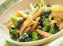 Penne z sosem serowym i zielonymi warzywami - ugotuj