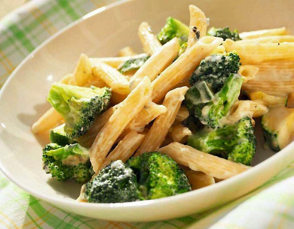 Penne z sosem serowym i zielonymi warzywami