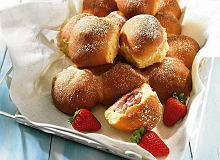 Drożdżowe bułeczki z truskawkami - ugotuj