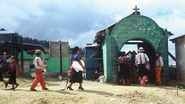 Gwatemala: Indianie Mam przy wejściu na cmentarz