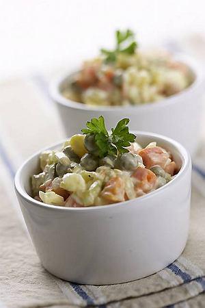 Tradycyjna sałatka jarzynowa z majonezem