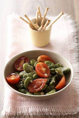 Sa�atka z bobu i pomidork�w