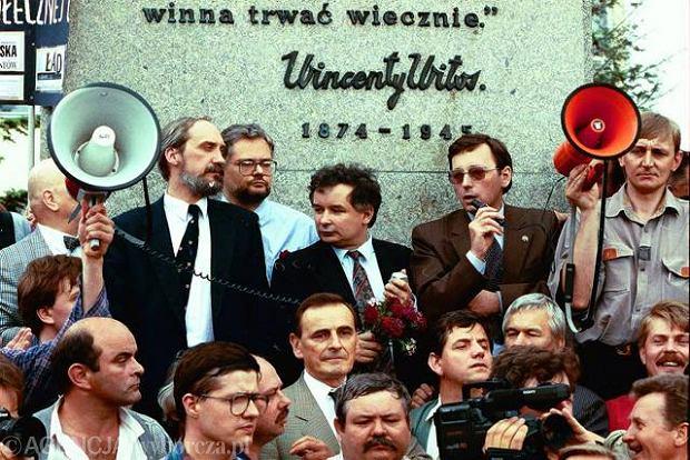 Manifestacja 4 czerwca 1993 r. w rocznicę obalenia rządu Olszewskiego. Od lewej stoją: Antoni Macierewicz,Adam Glapiński,Jarosław Kaczyński i Jan Parys