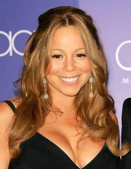 """Mariah Carey uwielbia podkreślać swoje kobiece kształty. Piosenkarka znana ze świątecznej piosenki """"All I Want for Christmas Is You"""" i tym razem nie mogła przepuścić takiej okazji. Półnaga prężyła się przy choince, pokazując w ten sposób, że zaczyna już czuć świąteczny klimat. Sprezentowana fotka podzieliła fanów. Zobaczcie co Mariah Carey dodała na Instagram!"""